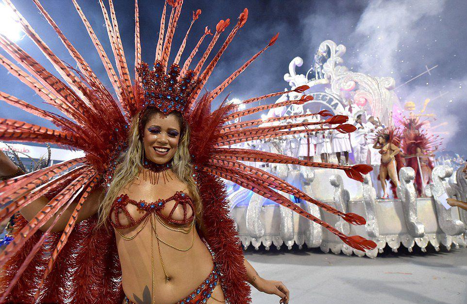 Голая на карнавале в рио видео, что течет из влагалища во время секса