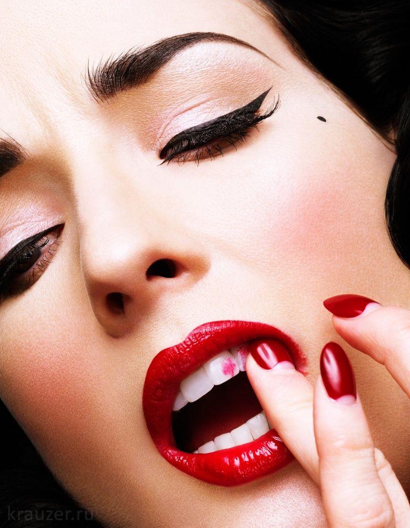 эро видео с накрашенными губами в красный цвет