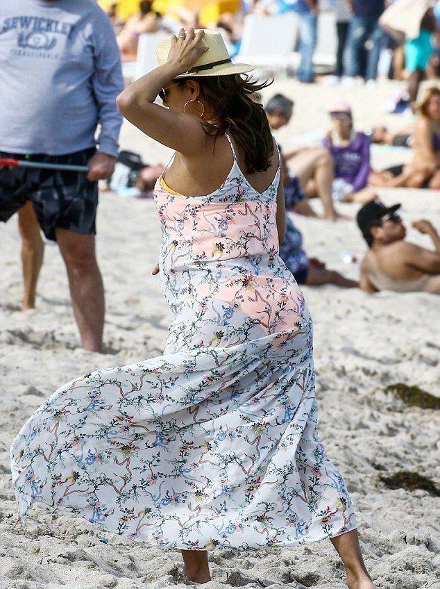 Беременная Ева Лонгория настолько растолстела, что уже не умещается в платье большого размера новые фото