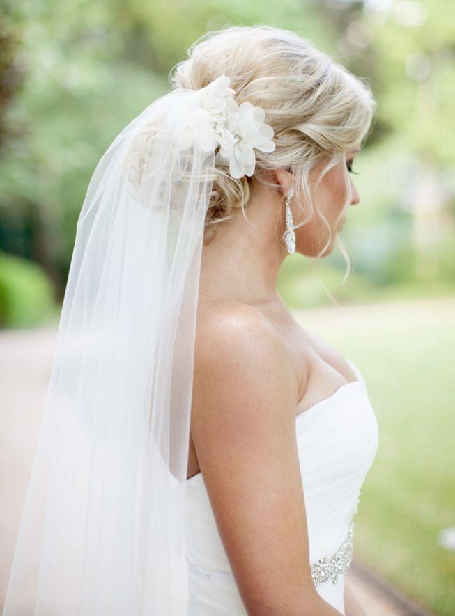 Свадебный пучок из волос с фатой и цветами