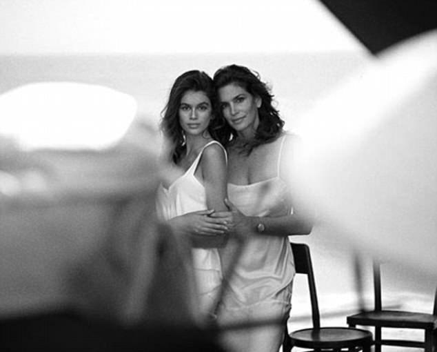 Смотреть Завораживающий взгляд и бесконечные ноги: Кайя Гербер в рекламе Chanel видео