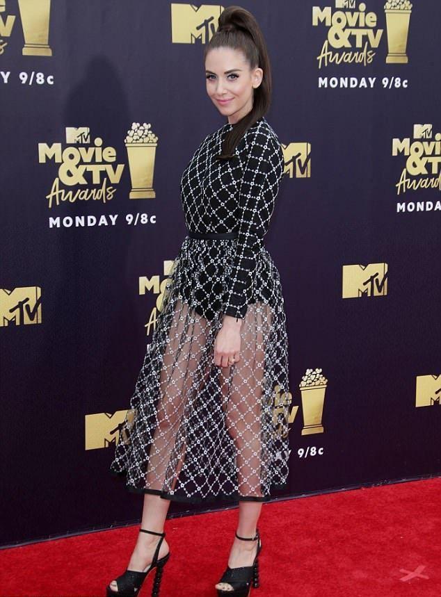 Ножки-то кривые: Элисон Бри надев прозрачную юбку, привлекла внимание к главному недостатку фигуры изоражения