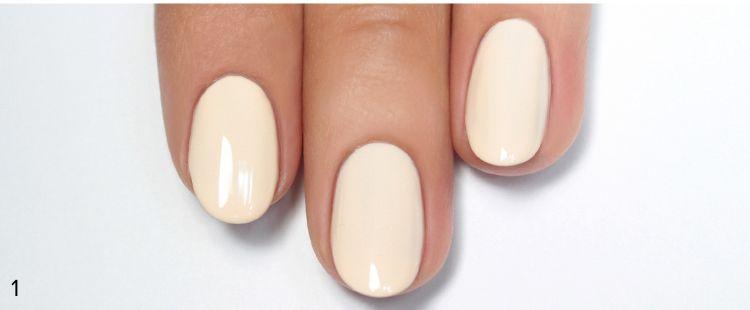 На красивые ногти красим матовую основу бежевого цвета