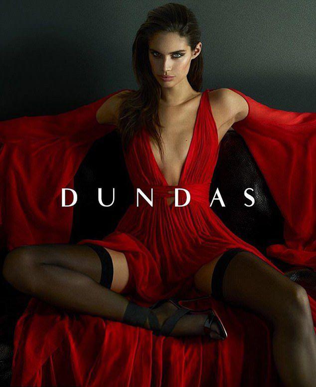 Ангел Victoria's Secret Сара Сампайо позирует в халате на голое тело в рекламе одежды Dundas картинки