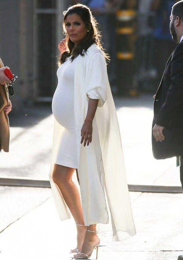 Смотреть Беременная Ева Лонгория настолько растолстела, что уже не умещается в платье большого размера видео