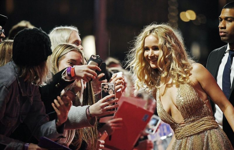 Недовольная Леди Гага вышла на красную дорожку в Лондоне в тесном платье с необработанным низом