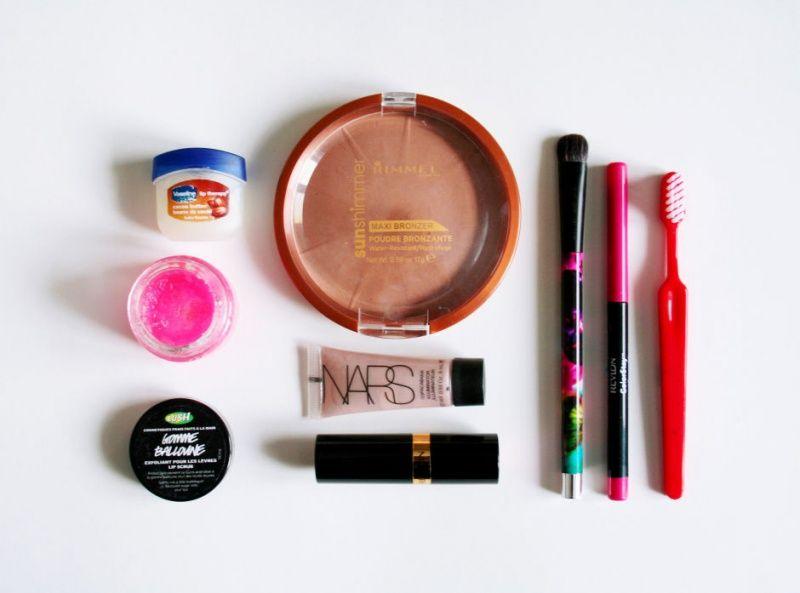 Необходимые элементы для нанесения макияжа губ розовой помадой