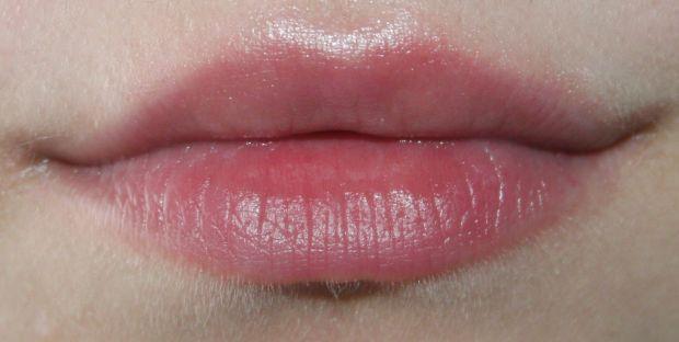Чтобы губы были красивыми нужно ухаживать и наносить на них бальзам