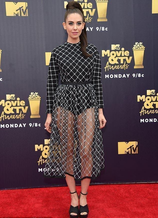 Ножки-то кривые: Элисон Бри надев прозрачную юбку, привлекла внимание к главному недостатку фигуры картинки