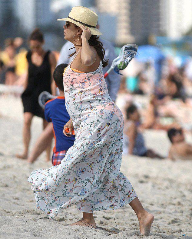 Беременная Ева Лонгория настолько растолстела, что уже не умещается в платье большого размера рекомендации