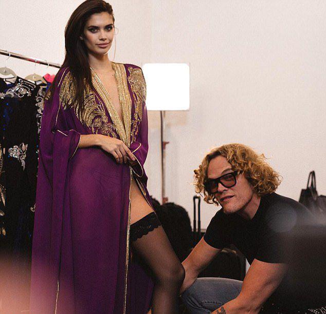 Ангел Victoria's Secret Сара Сампайо позирует в халате на голое тело в рекламе одежды Dundas изоражения