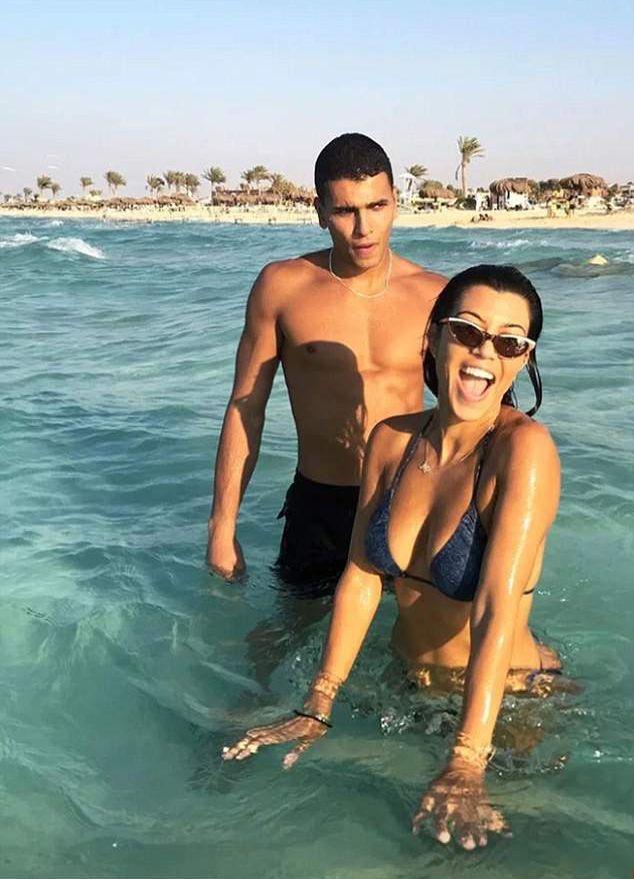 Уже не отличить: София Ричи в купальнике и на пляже выглядит точной копией Кортни Кардашьян рекомендации