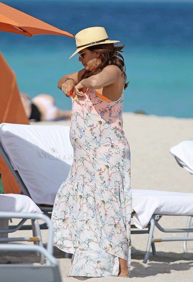 Беременная Ева Лонгория настолько растолстела, что уже не умещается в платье большого размера изоражения