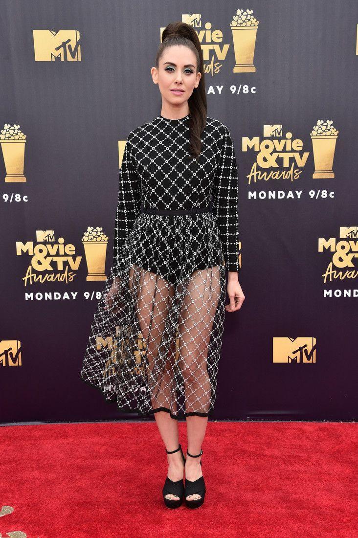 Ножки-то кривые: Элисон Бри надев прозрачную юбку, привлекла внимание к главному недостатку фигуры