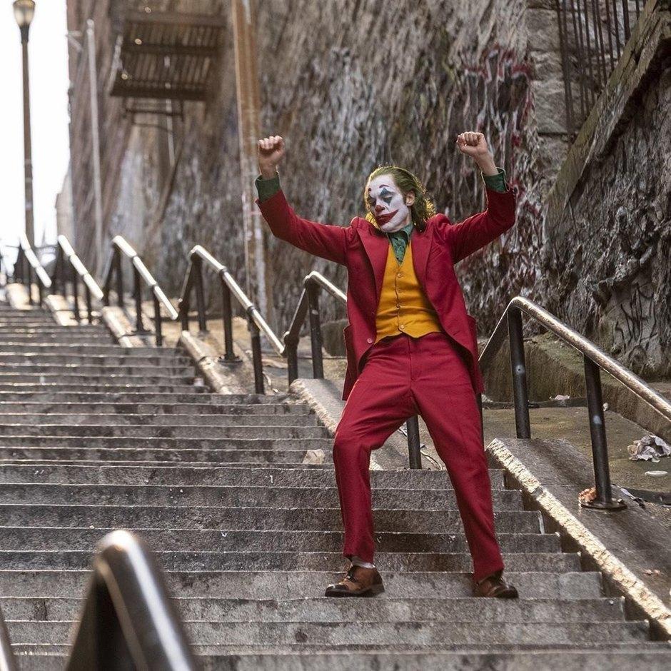 Победитель «Оскара» Хоакин Феникс появился на сцене в старом костюме